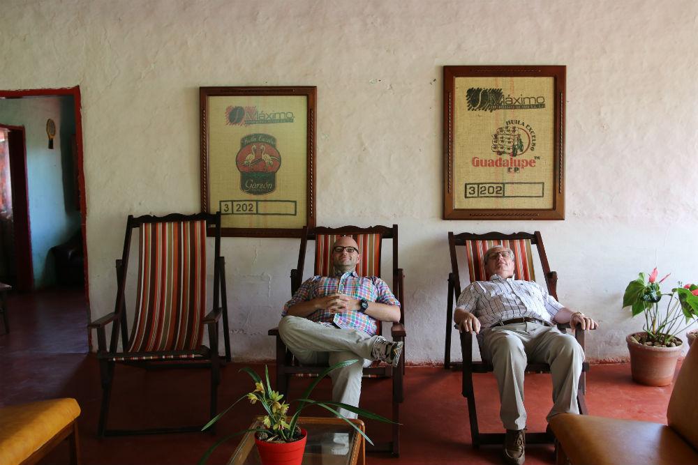 Vader en zoon Sas rusten even uit na een lange dag op de finca.